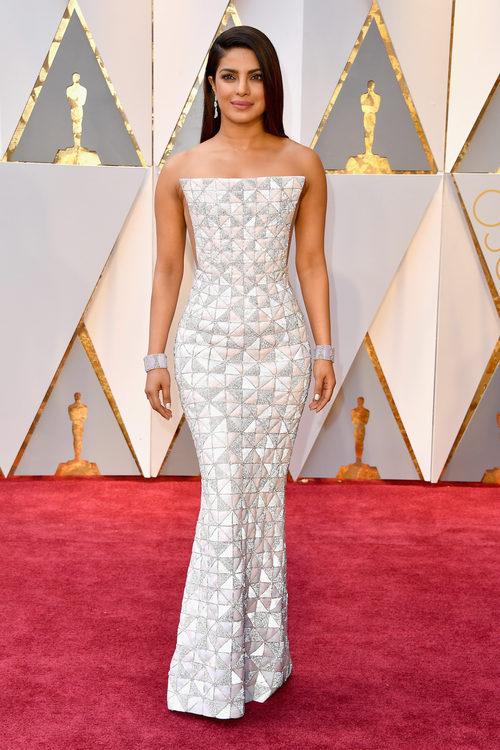 Priyanka Chopra vestida de Ralph & Ruso en los Premios Oscar 2017