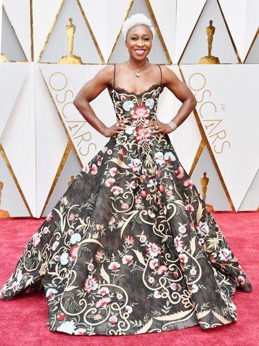 Cynthia Erivo con un colorido vestido en la alfombra roja de los Premios Oscar 2017