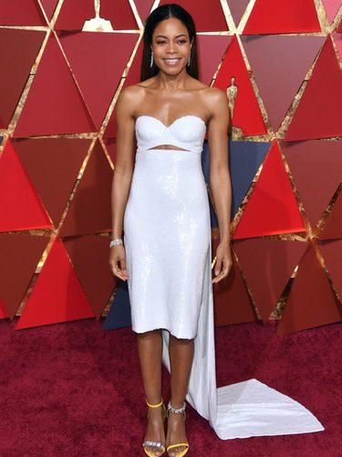 Naomie Harris vestida de Calvin Klein en la alfombra roja de los Premios Oscar 2017