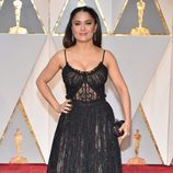 Salma Hayek vestida de Alexander McQueen en la alfombra roja de los Premios Oscar 2017