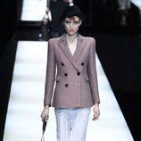 Chaqueta con hombreras de Giorgio Armani otoño/invierno 2017/2018 en la Milán Fashion Week