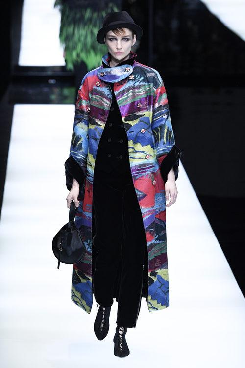 Abrigo multicolor de Giorgio Armani otoño/invierno 2017/2018 en la Milán Fashion Week