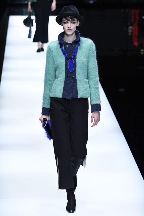 Chaqueta de color aguamarina de Giorgio Armani otoño/invierno 2017/2018 en la Milán Fashion Week