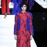Abrigo rojo y azul de Giorgio Armani otoño/invierno 2017/2018 en la Milán Fashion Week