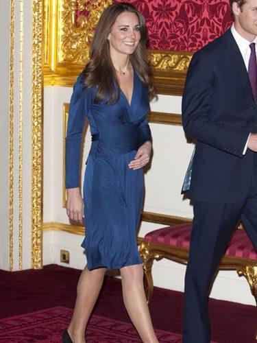 Kate Middleton con un vestido de Issa en el día del anuncio de su compromismo con el príncipe Guillermo