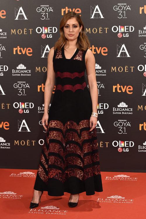 Hiba Abouk con un vestido de vuelo en los Premios Goya 2017