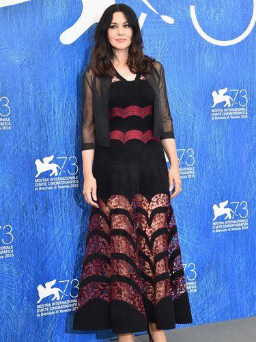 Monica Bellucci con un vestido negro y burdeos en el Festival de Cine de Venecia 2016