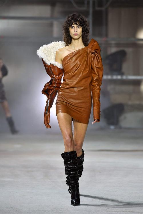 Vestido de cuero de Saint Laurent otoño/invierno 2017/2018 en la París Fashion Week
