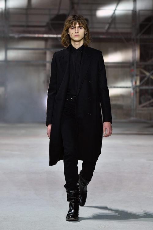 Total look black de Saint Laurent otoño/invierno 2017/2018 en la París Fashion Week