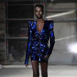 Vestido con hombreras de Saint Laurent otoño/invierno 2017/2018 en la París Fashion Week