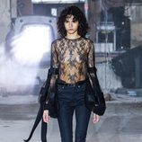 Camisa con transparencias de Saint Laurent otoño/invierno 2017/2018 en la París Fashion Week