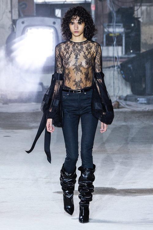 Camisa con transparencias de Saint Laurent otoño/invierno 2017/2018 en la París Fashion Week