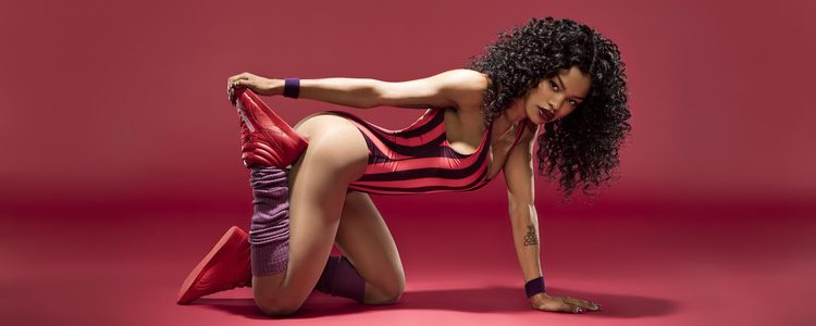 Teyana Taylor con unas zapatillas rojas de Reebok en su campaña 'Free Your Style'