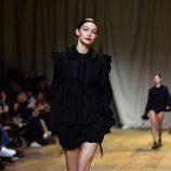 Gigi Hadid en el desfile de H&M Studio primavera/verano 2017 en la Paris Fashion Week