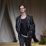 Traje de estampado de rayas de H&M Studio primavera/verano 2017 en la Paris Fashion Week