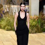 Bella Hadid con un vestido negro de H&M Studio primavera/verano 2017 en la Paris Fashion Week