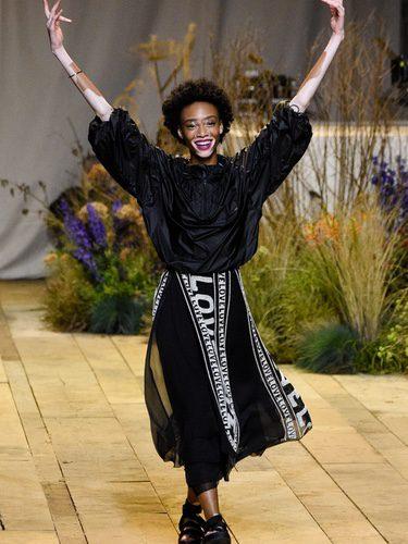 Winnie Harlow desfilando para H&M Studio primavera/verano 2017 en la Paris Fashion Week