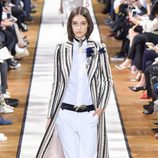 Abrigo de paño a rayas de Lanvin otoño/invierno 2017/2018 en la Paris Fashion Week