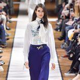Palazzo azul eléctrico de Lanvin otoño/invierno 2017/2018 en la Paris Fashion Week