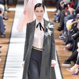 Bella Hadid desfilando para Lanvin otoño/invierno 2017/2018 en la Paris Fashion Week