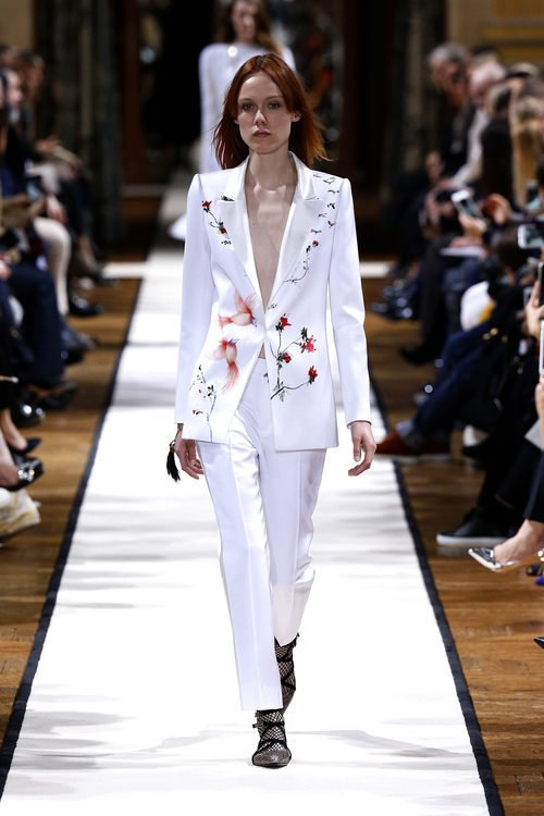Traje de chaqueta blanco de Lanvin otoño/invierno 2017/2018 en la Paris Fashion Week