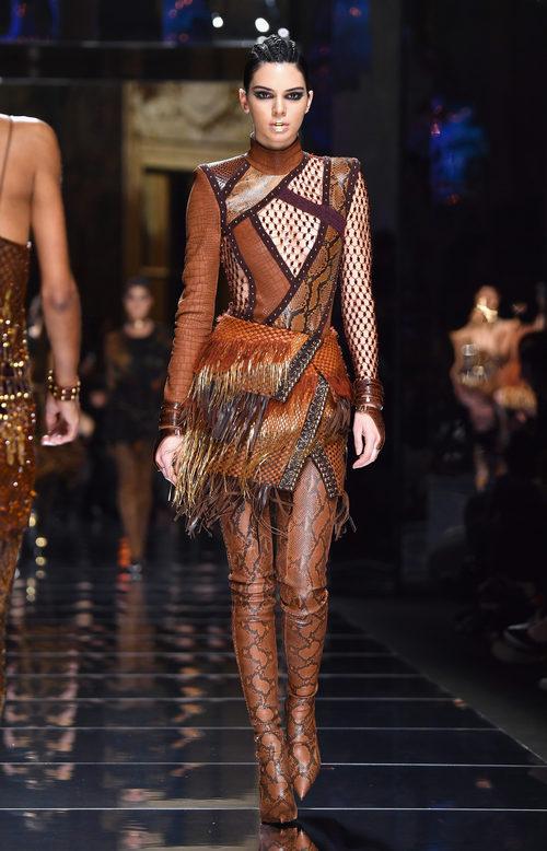Kendall Jenner desfilando para Balmain otoño/invierno 2017/2018 en la Paris Fashion Week