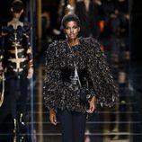 Abrigo de plumas de Balmain otoño/invierno 2017/2018 en la Paris Fashion Week