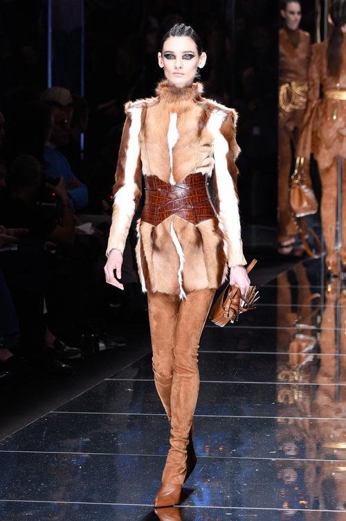 Abrigo de pelo de Balmain otoño/invierno 2017/2018 en la Paris Fashion Week