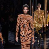 Vestido de estampado de tigre de Balmain otoño/invierno 2017/2018 en la Paris Fashion Week