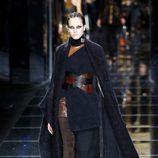 Capa azul marino de Balmain otoño/invierno 2017/2018 en la Paris Fashion Week
