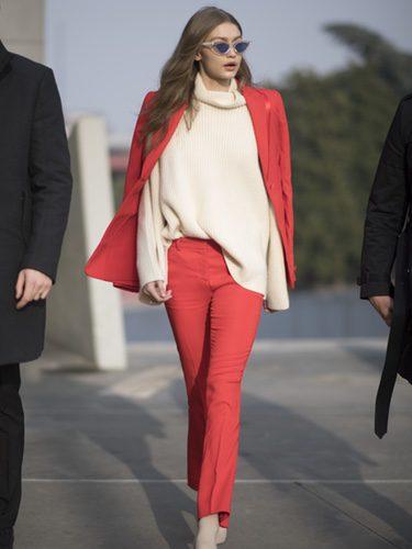 Gigi Hadid con un traje de chaqueta rojo en Milán