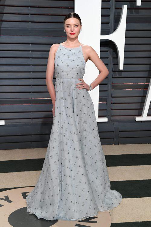 Miranda Kerr con un vestido gris perla en la fiesta de Vanity Fair tras los Oscar 2017