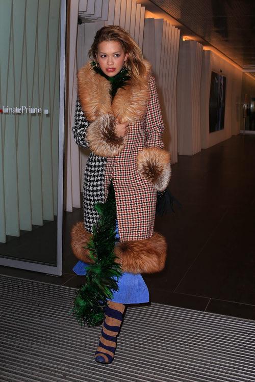 Rita Ora con un original abrigo en las calles de Milán