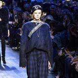 Pantalón de cuadros y jersey azul de Christian Dior de la colección otoño/invierno 2017/2018 en Paris Fashion Week