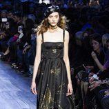 Vestido de tirantes negro y dorado de Dior de la colección otoño/invierno 2017/2018 en Paris Fashion Week