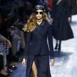 Conjunto chaqueta y falda azul de Dior de la colección otoño/invierno 2017/2018 en Paris Fashion Week
