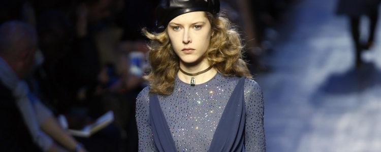 Vestido azul superpuesto con pedrería de Dior de la colección otoño/invierno 2017/2018 en Paris Fashion Week