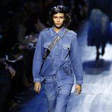 Conjunto camisa y pantalón denim de Dior de la colección otoño/invierno 2017/2018 en Paris Fashion Week