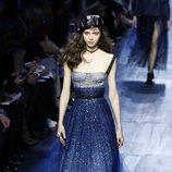 Vestido azul degradado de tirantes de Dior de la colección otoño/invierno 2017/2018 en Paris Fashion Week