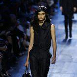 Conjunto negro blusa y pantalón de Dior de la colección otoño/invierno 2017/2018 en Paris Fashion Week