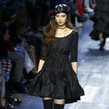 Vestido corto negro y botas altas de Dior de la colección otoño/invierno 2017/2018 en Paris Fashion Week