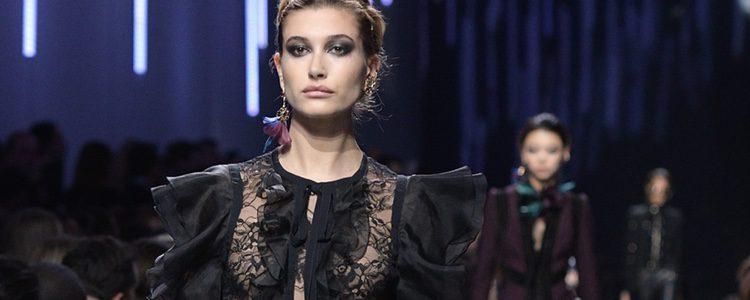 Traje con volantes de Elie Saab de la colección otoño/invierno 2017/2018 en París Fashion Week