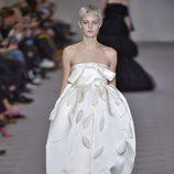 Vestido blanco de la colección otoño/invierno 2017/2018 de Balenciaga en Paris Fashion Week
