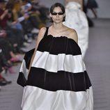 Vestido de rayas blancas y negras de la colección otoño/invierno 2017/2018 de Balenciaga en Paris Fashion Week