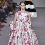 Vestido blanco con flores de la colección otoño/invierno 2017/2018 de Balenciaga en Paris Fashion Week