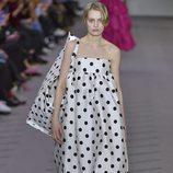 Vestido de lunares de la colección otoño/invierno 2017/2018 de Balenciaga en Paris Fashion Week