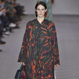 Vestido con pliegues de la colección otoño/invierno 2017/2018 de Balenciaga en Paris Fashion Week