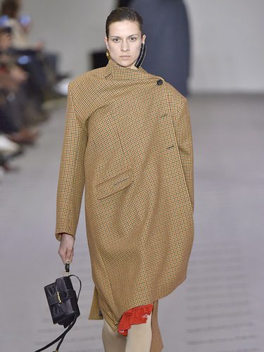 Abrigo camel de la colección otoño/invierno 2017/2018 de Balenciaga en Paris Fashion Week