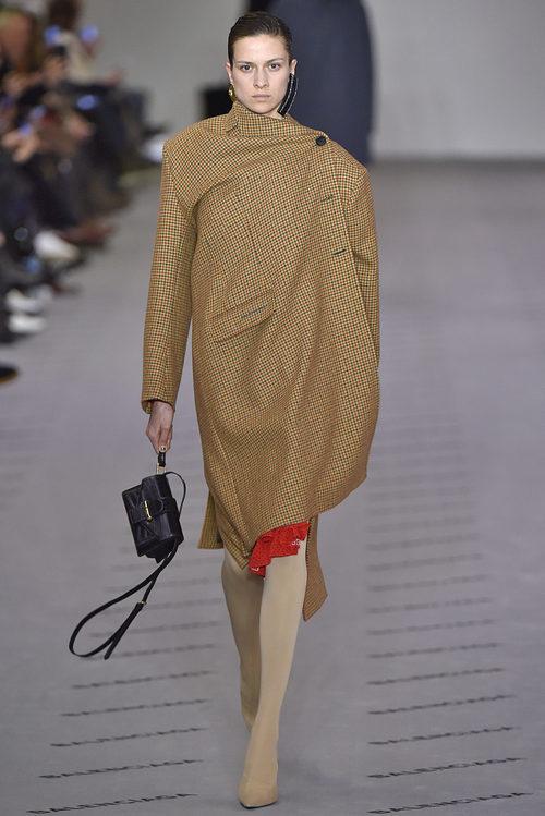 34db3bed16ad Abrigo camel de la colección otoño/invierno 2017/2018 de Balenciaga en  Paris Fashion