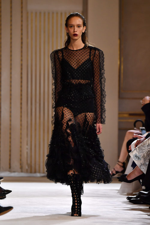 Vestido de transparencias de Giambattista Valli otoño/invierno 2017/2018 en la Paris Fashion Week